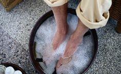 Môjmu manželovi poradil známy doktor aby som si nohy ponorila do vody s jedlou sódou. Po niekoľkých minútach som zistila, že to čo tvrdil naozaj funguje!   Báječné Ženy