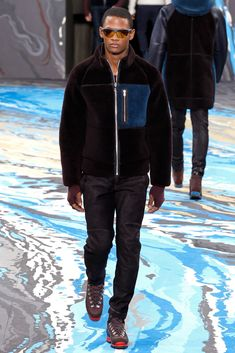 See all the Collection photos from Louis Vuitton Autumn/Winter 2014 Menswear now on British Vogue Mens Fashion Week, Fashion Show, Men's Fashion, High Fashion, Vogue Paris, Louis Vuitton Homme, Lv Men, Fall Winter 2014, Autumn