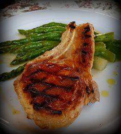 Pork chop with bone and asparagus Pork Chops, Delicious Food, Asparagus, Steak, Studs, Yummy Food, Steaks, Pork Cutlets, Pork Loin Chops