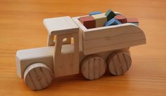 Para los pequeños trabajadores nada mejor que un camión volquete de madera en el que puedan transportar todo tipo de piezas...Descúbrelo aquí!!! Wood Projects For Kids, Wood Turning Projects, Toy Bins, Wooden Car, Toy Trucks, Designer Toys, Toys Shop, Wood Toys, Stuffed Toys Patterns