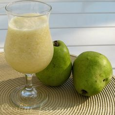 A pêra é uma fruta semi ácida rica em vitamina A, do complexo B e C, e sais minerais como sódio, potássio, cálcio e ferro. Ela é rica em fibras e consegue diluir o ácido estomacal