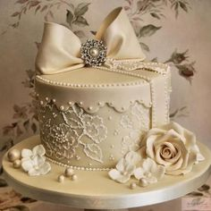 """THIS is now """"the cake"""" that my daughter wants (but with a second tier and then a lot of vintage cupcakes)"""