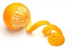 Gebruik de schillen van citrusvruchten voor het schoonmaken van het huis.  Uitstekende bestek en kookplaten