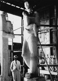 Victor Brecheret no atelier do Parque do Ibirapuera | Destes gessos é que eram feitas as transposições para o granito || http://www.atibaiamania.com.br/victor_brecheret_filho.asp