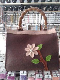 Kahverengi keçe çanta modelimiz...
