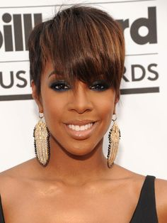 Kelly Rowland flaunted her enviable physique in a Cushnie et Ochs top and high-waist Fausto Puglisi skirt and returned with the classic short Pixie hair. Edgy Short Hair, Really Short Hair, Short Pixie, Short Hair Cuts, Short Hair Styles, Pixie Cuts, Kelly Rowland Makeup, Kelly Rowland Style, Pixie Hairstyles