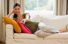 DVD-Abend - Die besten Wellness-Tipps für Zuhause - Der perfekte Ausklang für einen Wellnesstag ist ein gemütlicher DVD-Abend. Macht es euch auf dem Sofa bequem und schaut euch die neueste Rom-Com mit einem niedlichen Schauspieler an...