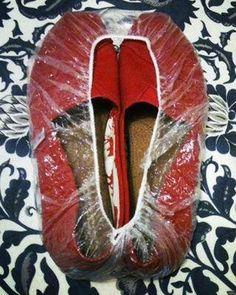 Vervoer uw schoenen in een plastic douchemuts! Zo blijven uw schoenen bij elkaar en houdt u de binnenkant van uw tas schoon.