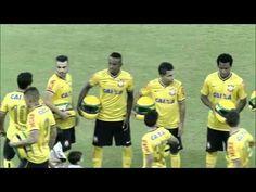 Jogadores do Corinthians entram em campo com capacete em homenagem a Ayrton Senna - 30/04/2014