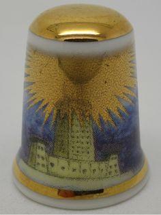 Dedal de porcelana con motivos egipcios del Faro de Alejandria. The Thimble Guild. Inglaterra.