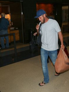 Travis Fimmel Photos Photos - Travis Fimmel is seen at Los Angeles International Airport on April - Travis Fimmel Seen Arriving At LAX Airport Travis Vikings, Vikings Ragnar, Travis Fimmel, Celebrity Travel, Celebrity Photos, Serie Du Moment, Bracelet Viking, Ryan Hurst, Amor