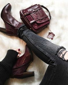 Look parfait avec des boots bordeaux >> http://www.taaora.fr/blog/post/etre-stylee-avec-des-bottines-bordeaux-a-talons-idee-tenue-pull-cotele-noir-jean-troue-au-genou