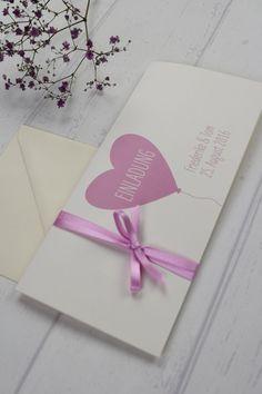 """Die Einladungskarte """"Luft & Liebe"""" verzaubert durch ihr frisches Design. Gedruckt wird die Karte auf einem hochwertigen 300g cremefarbenden Karton. Auf der Titelseite, Innen- und Rückseite gibt es viel Platz für Eure Hochzeitsinformationen. Das Layout wird euren Wünschen angepasst.  Es stehen drei Schleifenfarben zur Auswahl:  rosé Satinband braune Kordel creme Satinband  Bitte gebt mir euren Schleifenwunsch während der Bestellung an.  Kartenpreis: 2,45€ incl. Kuvert in creme.  Format…"""