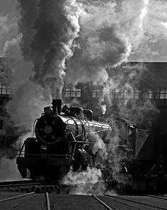 Chile, Temuco. Locomotora a vapor saliendo desde Casa de Máquinas de Temuco. Fotografía de Hector González