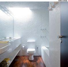 Sem janela, o banheiro recebe iluminação zenital através da claraboia criada em uma abertura no canto da laje de concreto. Projeto do arquiteto Eduardo Chalabi.
