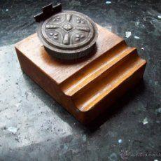 tintero de base de madera , con dos tinteros metalicos y coronado con motivo de barco