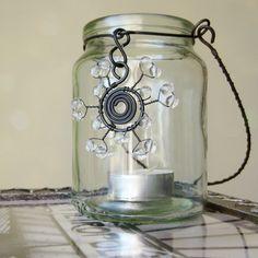 Lucerna s vločkou Čirá sklenice zdobená drátem a korálky. Jako svícen na čajovou svíčku, na vánoční stůl, také ji můžete naplnit čokoládovými balenými bonbóny a máte milý dárek, poté poslouží jako svícen :) Výška kousek pod 11cm, průměr necelých 8cm, vločka 5,5cm.  Podobná varianta Železný drát ve vlhku rezne. V případě namočení vysušte dosucha ...