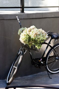 hydrangea blossoms in a bicycle basket Bicycle Basket, Bike Baskets, Bicycle Decor, Bicycle Art, Bicycle Design, Super Images, Old Bikes, Flower Market, Vintage Bicycles