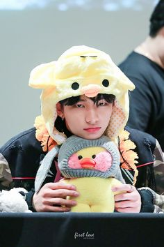 Hyunjin is giving an evil look but it's difficult to take him seriously when he's wearing that ♡ Stray Kids Minho, Lee Know Stray Kids, Stray Kids Seungmin, Kids Fans, Kid Memes, Kids Wallpaper, Kids Logo, My Prince, Kpop Boy