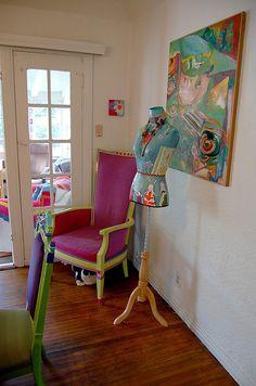 A artista é Marisa Anne Haedike.   Sua arte é singela, simples, com um sutil senso de humor. Marisa trabalha com acrílico sobre madeira ou tela.  Ela vive em Los Angeles, em uma casa muito eclética, aconchegante, e colorida.