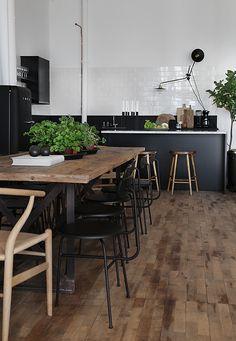 Boomstam tafel - tree table - met stalen poot in een Scandinavisch industrieel…