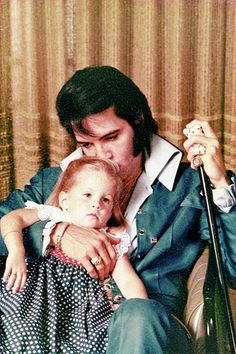 Folha de S.Paulo - Serafina - Filha de Elvis Presley, Lisa Marie conta por que decidiu plantar batatas na Inglaterra - 26/08/2012