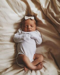 Oh, I love this adorable newborn baby. She's so incredibly beautiful! Cute Little Baby, Lil Baby, Baby Kind, Little Babies, Cute Babies, Cute Newborn Baby Girl, Babies Stuff, Baby Girls, Baby Pictures