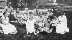 Suomeen tuli itsenäisyyden ajan ensimmäisinä vuosina vastaan kymmeniätuhansia pakolaisia itärajan takaa. Valtaosa tulijoista poikkesi uskonsa suhteen suomalaisista, eikä välttämättä yhteistä kieltäkään ollut.