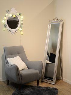 Voici une idée de déco chic pour dynamiser une ambiance classique totalement tendance! La guirlande lumineuse en boules de coton Forest de GuirLED orne le miroir en offrant lumière douce et féérie dans la pièce.