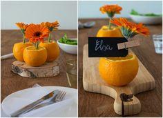 Tafeldecoratie met Gerbera's en sinaasappels - Diy tafel dekken - Om een mooie tafel te presenteren hoeft niet altijd duur te zijn. Je kunt heel makkelijk jouw tafel decoreren met mooie bloemen en sinaasappels. Ja, sinaasappels, die zijn kleurrijk, goedkoop en overal te koop. Simpel, je kunt voor relatief weinig geld je tafel heel mooi dekken voor: een verjaardag, diner, bruiloft, communie en Koningsdag. De mogelijkheden zijn enorm. Ik heb Gerbera's als bloemen gebruikt in de kleur o...