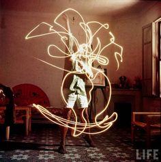 Luglio 1967. Il fotografo Gjon Mili visita Pablo Picasso nella sua mas, un'antica fattoria trasformata in residenza a Notre-Dame-de-Vie nei pressi di Mougins, in Provenza, e lo ritrae nello studio al piano terra.