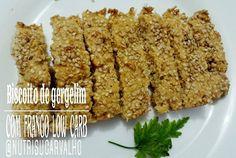 Biscoito de gergelim com frango low carb (insta @nutrisucarvalho). 1xíc gergelim sem casca. 2 ovos. 2cs farinha de amêndoas (quinoa, linhaça). 80g queijo parmesão ralado. 100 g frango desfiado. 1cs manteiga. 1cs fermento em pó. Bata todos os ingredientes no processador e leve ao forno por 25min (pode fazer em forma de bolinhas ou palitinhos).