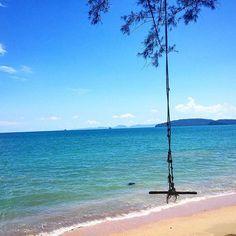 Solitary.  #aonang #beach #krabi #sea #holiday #vacation #travel #thailand #sawadeeka #wanderlust by jamienonis