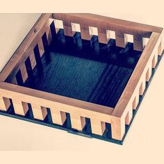 Centrotavola svuotatasche produttore Twergi made in Italy anni 80 colori beige nero in legno  #design #vintage #modernism #modernariato #antiquariato #wood #square #madeinitaly #spazio900design #80s #TravelValetTray #tray  http://ift.tt/1kZ3tNJ