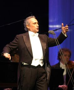 He has collaborated with the most renowned orchestra conductors and his repertoire includes over 60 operas, 600 titles of the most diverse styles from baroque to contemporary.
