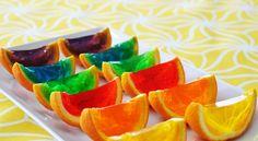 snij een sinaasappel door midden hol hem uit. en vul het met jelly en als de jelly hard is snij het in partjes