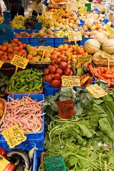 Vegetable market in Camp de' Fiori http://duespaghetti.com/2011/06/12/la-pizza-rossa-a-campo-dei-fiori/
