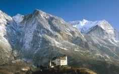 Scarica Castello di Gutenberg sotto imponenti montagne Carta da parati di alta qualità
