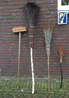 ... . Hier kunnen de heksen hun bezem parkeren tijdens het heksenfeestje
