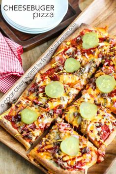Cheeseburger Pizza is perfect for a weeknight meal or for game day! A delicious crust loaded lean beef, bacon and of course tons of yummy cheese! Top it with all of your favorite cheeseburger toppings for a family favorite meal! Homemade Hamburger Pizza Recipe, Easy Homemade Pizza, Fun Pizza Recipes, Beef Recipes, Cooking Recipes, Easy Cooking, Recipies, Dinner Recipes, Bacon Cheeseburger Pizza