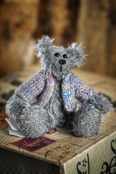 This is Lex, a new bear of the 2020 summer collection of Muppie's Bears. Lex is a cute, small blue-gray bear of authentic Schulte mohair and he wears a brightly colored cardigan that keeps him warm. Height standing: 14 cm (5.51 inches) Height sitting: 9 cm (3.54 inches) The little guy is looking forward to be adopted by a nice friendly bears-lover!!!! Cute Teddy Bears, Little Gifts, Summer Collection, Blue Grey, Adoption, Warm, Guys, Nice, Handmade