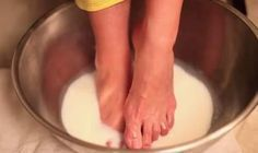 Milk and Baking Soda Foot Soak ~ Get Sandal-Ready Feet With Two Kitchen Staples. Baking Soda Foot Soak, Baking Soda Face, Baking Soda Shampoo, Diy Beauty, Beauty Hacks, Beauty Care, Pedicure Soak, Pedicure Ideas, Homemade Foot Soaks