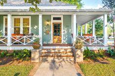 House front white exterior colors ideas for 2019 Exterior House Colors, Exterior Paint, Exterior Design, Facade Design, Railing Design, Modern Exterior, House Front Porch, Front Porch Design, Front Porch Railings