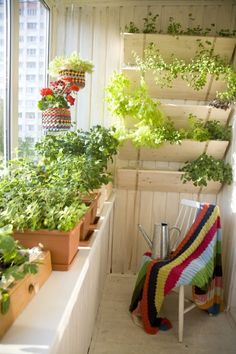 decoration jardiniere exterieure, chaise blanche, couverture multicolore,  aménager un petit balcon