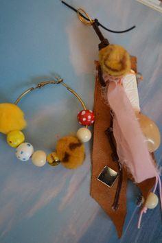"""Boucles d'oreille dépareillées dont une créole, """" Les naturelles"""", avec perle graine Lumbang, connecteur os, soie : Boucles d'oreille par les-perles-de-eihpos"""