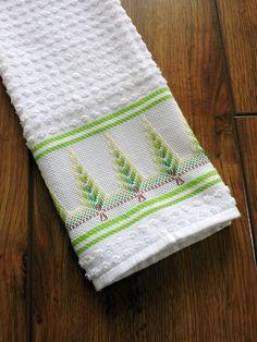 Toalha de mão  Bordado em PONTO RETO, feito a mão  Toalha na cor branca da marca Dohler (ótima qualidade)  Tipo de tecido: 95% algodão  Dimensão da toalha: 40 x 60cm