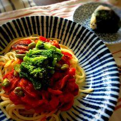 頂き物の 太めのパスタでランチ  ニンニク、玉ねぎ、 マッシュルーム、トマト缶、 そら豆、菜の花。 んで、塩コショウ。  シンプルだけど 美味しかった◎  あと、朝の残りごはんで 小さなおむすびも  ごちそうさまでした(∩❛ڡ❛∩) - 33件のもぐもぐ - 菜の花のトマトパスタ by kimidori153