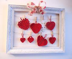 Heklede julehjerter.  Three hearts to crochet. Tutorial is in Norwegian.