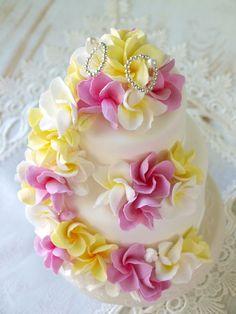 ハワイにグアム、バリ島…やっぱり憧れのリゾート挙式☆ そんなリゾート婚にぴったり、いえ、必須とも言うべきお花が「プルメリア」 まるっこい花びらに綺麗なグラデーション色、なんとも南国風な香り…。 プルメリアはブーケ以外にもいろんなものに取り入れるとすっごく可愛くてリゾート度がアガります! プルメリアを使った素敵