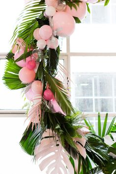 tropical wreath with balloons - Decoration For Home Tropical Bridal Showers, Tropical Party, Aloha Party, Luau Party, Flamingo Party, Hawaiian Birthday, 30th Birthday, Birthday Ideas, Deco Jungle